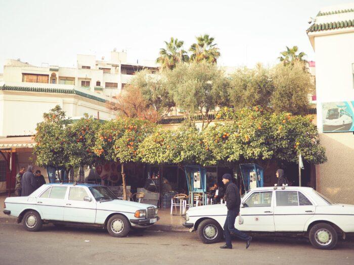 モロッコの道端の車