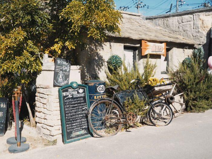 ドゥリムトン村入口とレトロな自転車